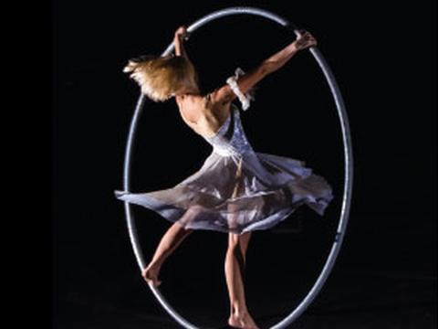 atrakcje na imprezę firmową event taniec w kole solo kobieta acroart agencja muzyczna